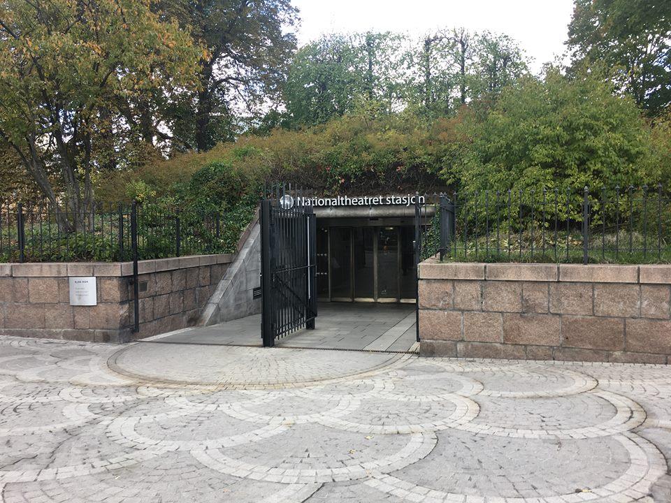 Bilde av Nationaltheaterets utgang Henrik Ibsens gate