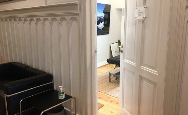 Bilde av en åpen dør ved solli Kiropraktorklinikk som skal illustrere at lklinikken er åpen for akutt behandling